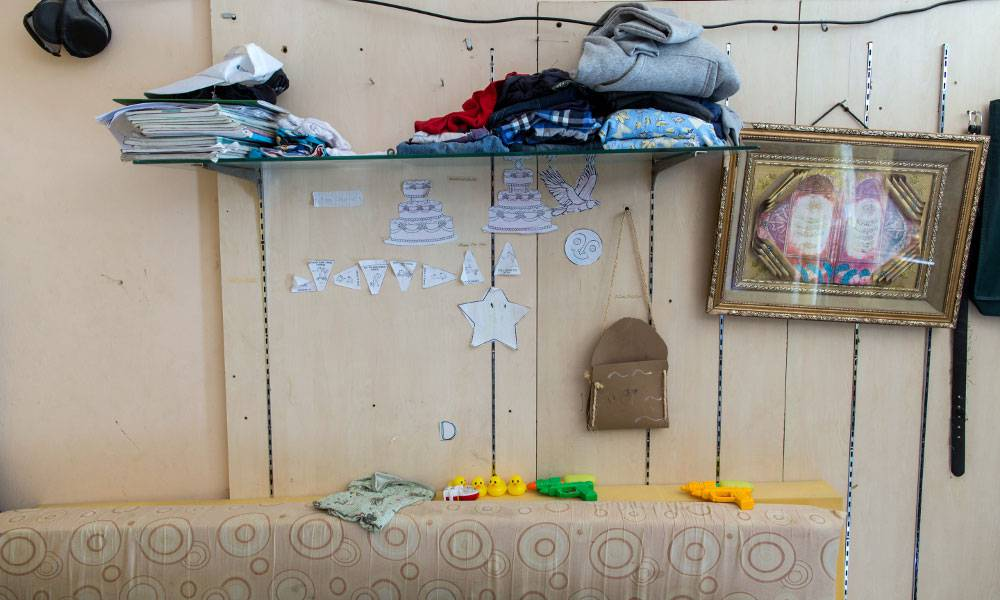 Die Regalreste der alten Parfümerie dienen den Kindern als Ablage für Kleider und Schulsachen...