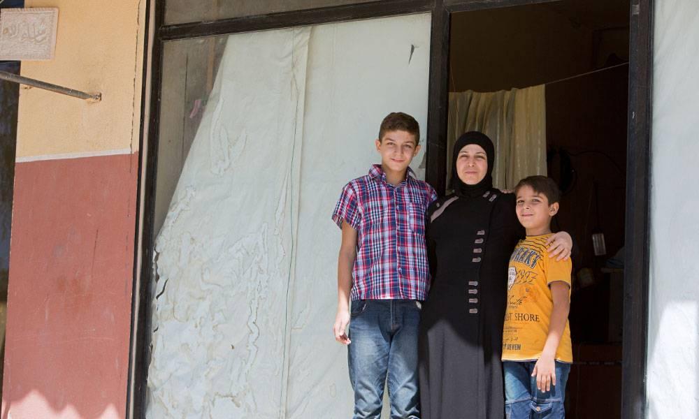 Vor ihrem neuen Zuhause, einer alten Parfümerie in Saida. Die Fenster sind mit Packpapier abgeklebt...