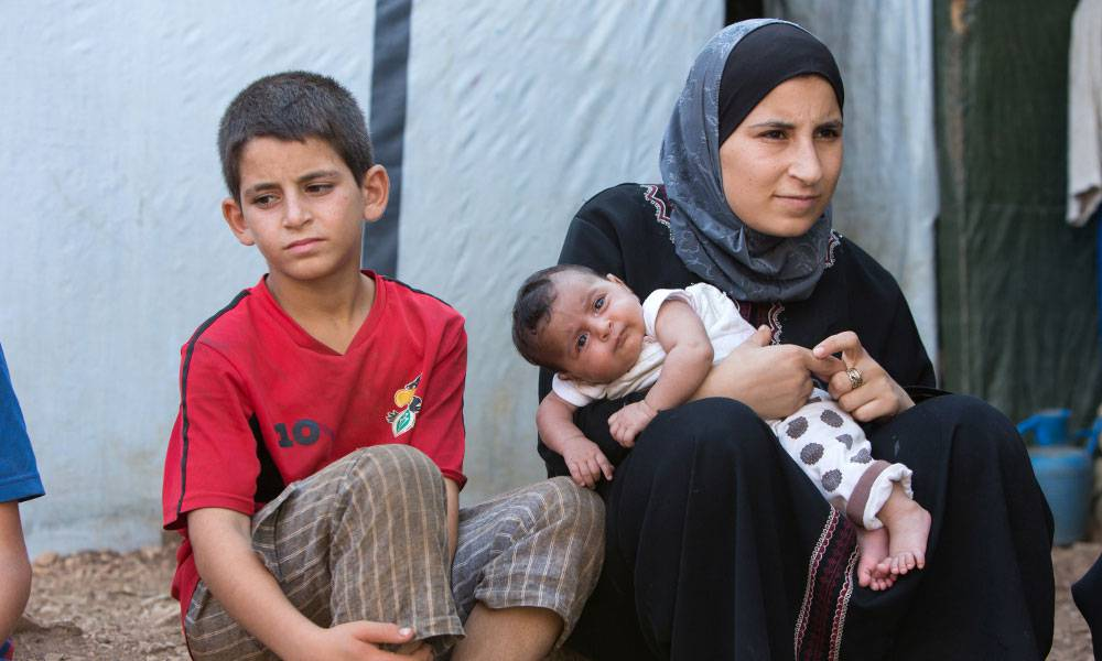 Seif ist ein stiller Junge mit ernstem Gesicht, seine Kinderheit wurde durch den Krieg und den Tod seiner Eltern früh beendet.