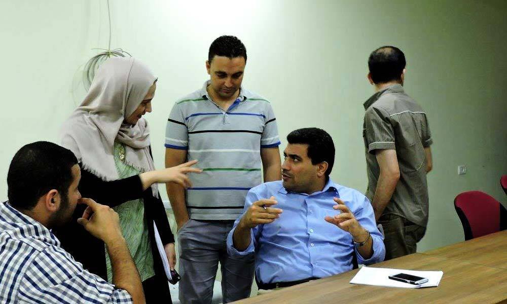 Im Büro arbeiten wir immer eng im Team zusammen. Das motiviert mich sehr! Gemeinsam entwickeln wir hier Ideen und koordinieren unsere Aufgaben.